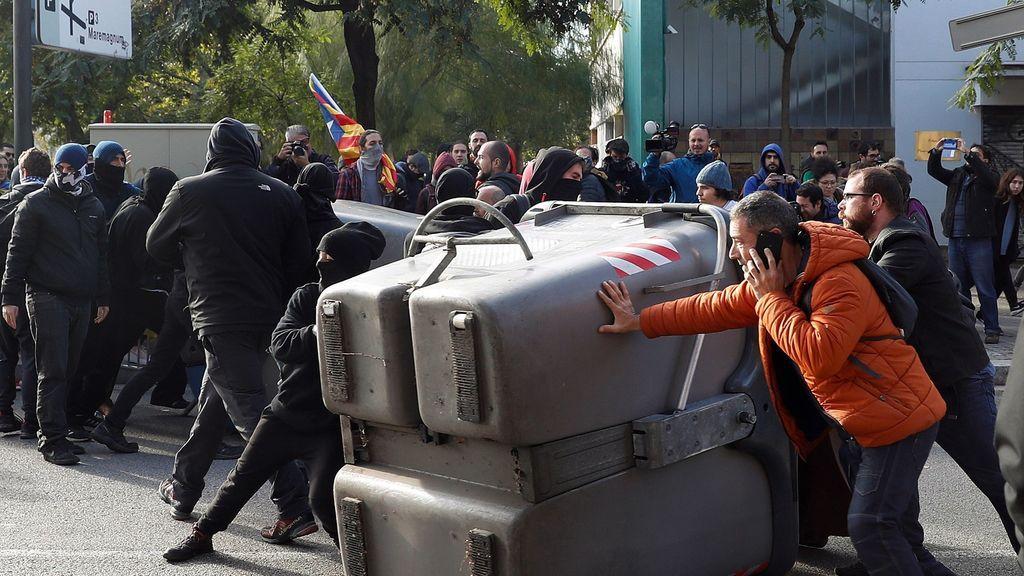 Cargas, piedras: los CDR provocan momentos de tensión en Cataluña
