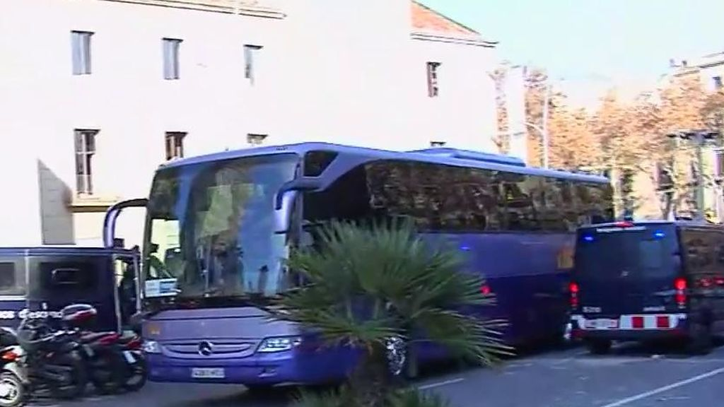 Los CDR lanzan piedras contra un autobús de turistas en pleno centro de Barcelona