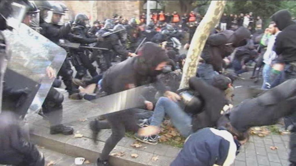 13 detenidos y más de setenta heridos - 35 de ellos mossos - en los choques de los radicales con la policía en Barcelona