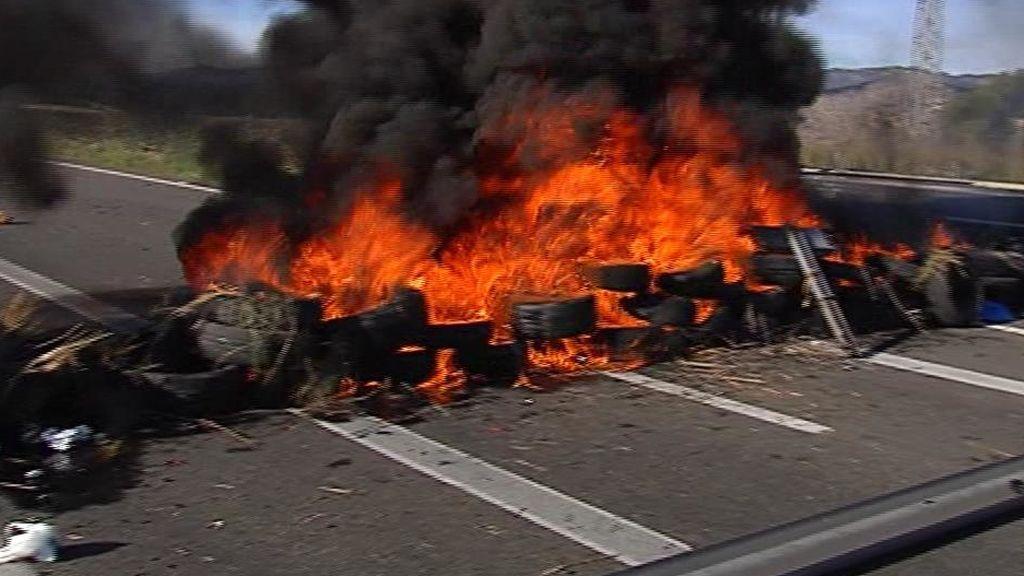 Los Mossos levantan la barricada de la AP7 en Tarragona