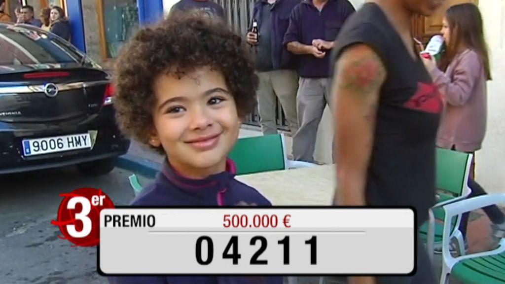 Amanda, la niña que ha traído la suerte del tercer premio de la Lotería de Navidad a Viver (Castellón)