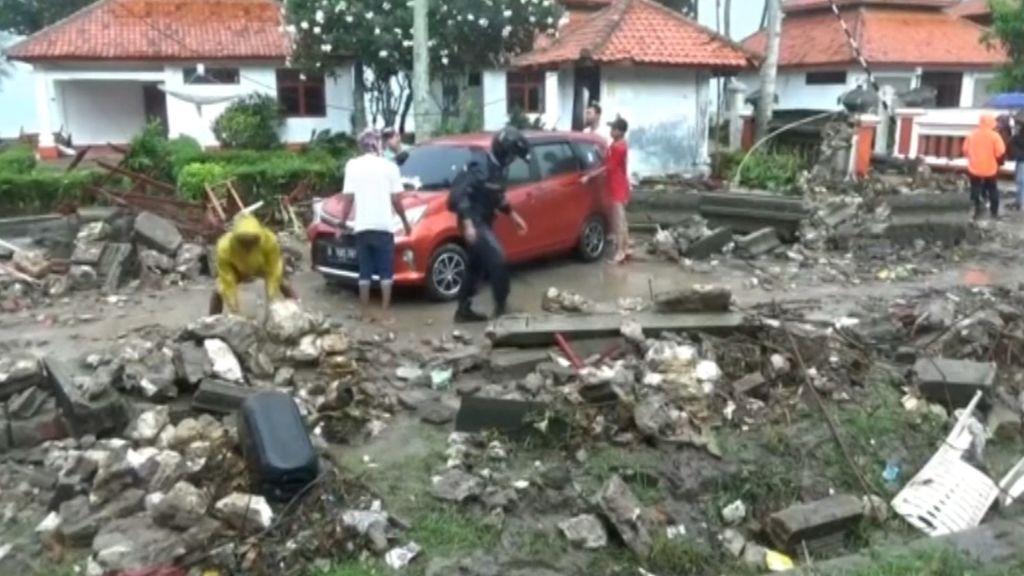 Terribles destrozos a causa del tsunami que ha azotado la costa oeste de Indonesia
