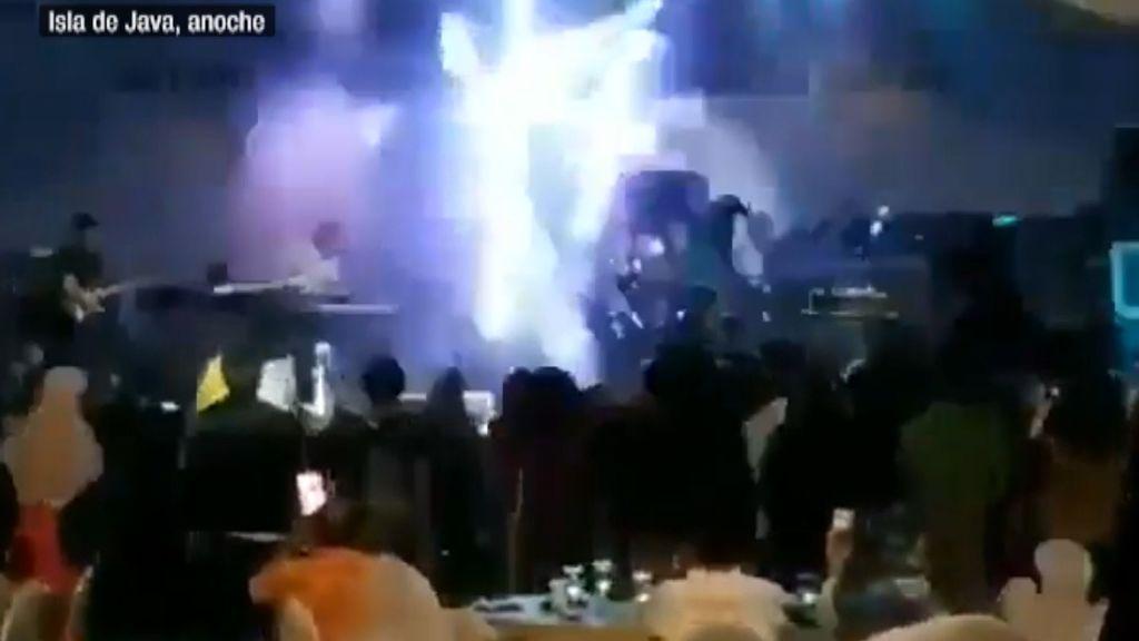 Se derrumba el escenario de un concierto tras el paso del tsunami en Indonesia