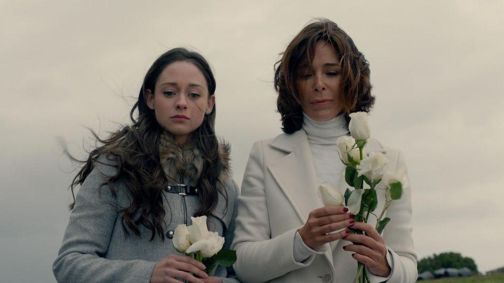Paula (Elena Rivera) y Lidia (Lydia Bosch) en el capítulo 16 de 'La verdad'.