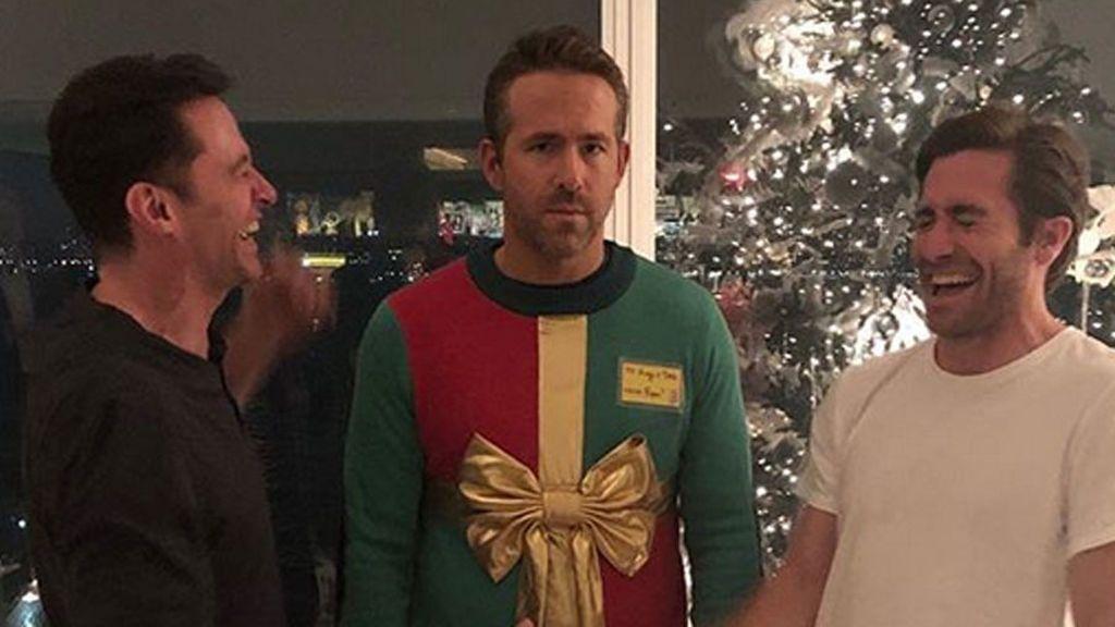 Premio a la mejor foto navideña: Ryan Reynolds, traicionado por Jake Gylenhall y Hugh Jackman por el 'Ugly sweater day'