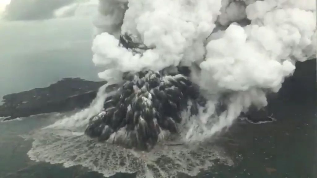 Las espectaculares imágenes aéreas de la erupción del Anak Krakatoa, causante del tsunami en Indonesia