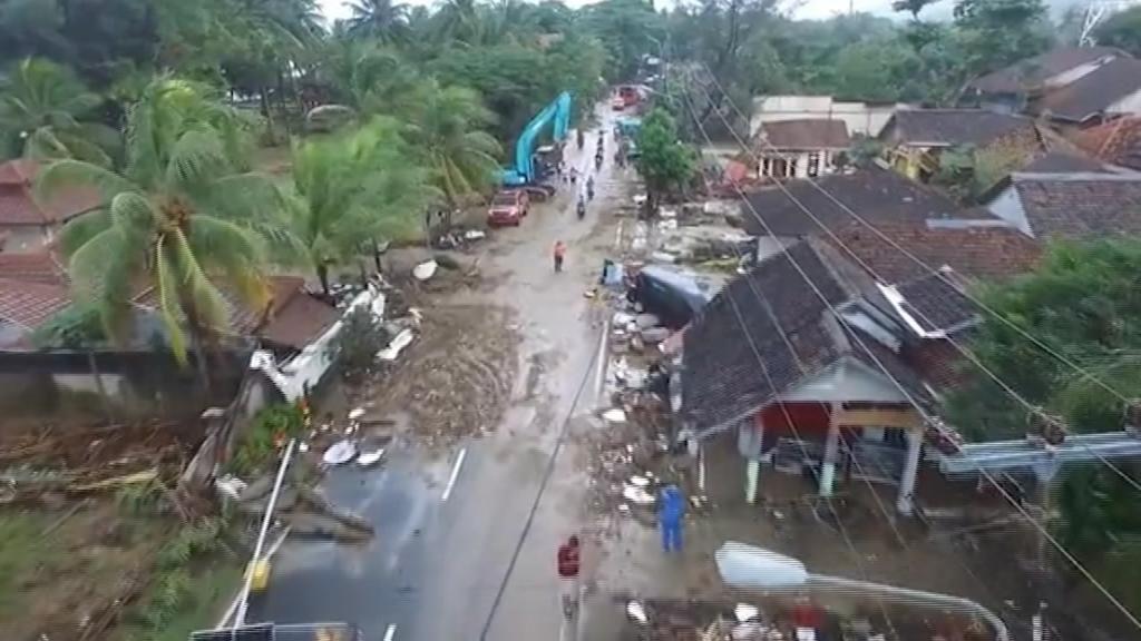 Más de 300 muertos en el tsunami de Indonesia