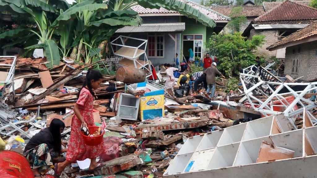 Los muertos por el tsunami de Indonesia superan ya los 400 y se mantiene la alerta