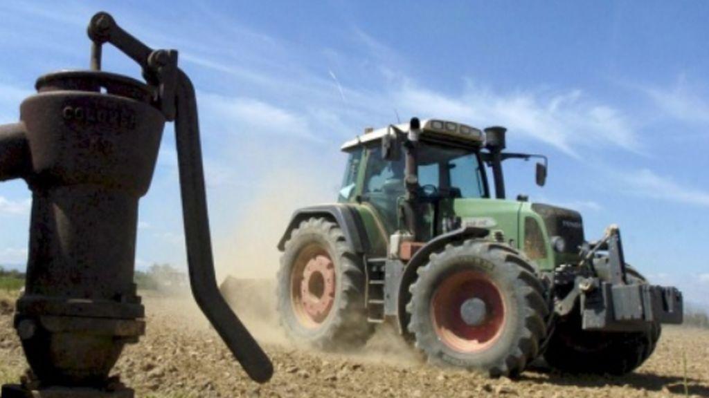 Un hombre de 79 años fallece al volcarse el tractor que conducía en Cirueña (La Rioja)