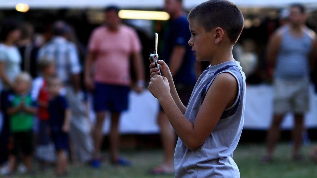 Descubre cuál es la edad adecuada para comprarle un móvil a tu hijo