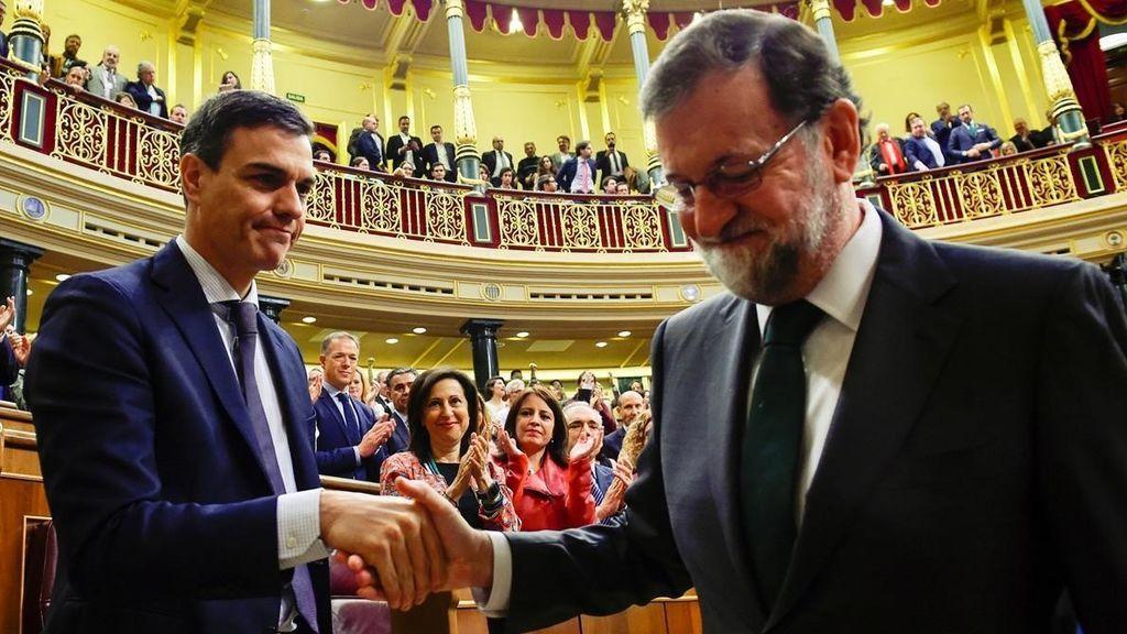Pedro Sánchez y Mariano Rajoy se saludan tras finalizar la votación de la moción de censura