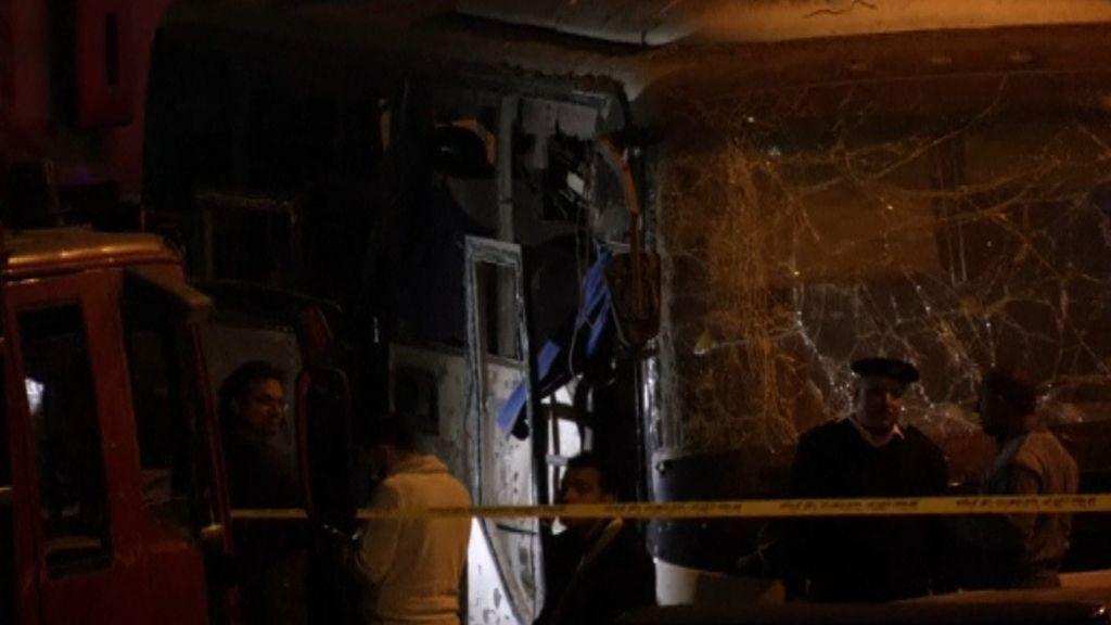 Cuatro muertos por la explosión de una bomba en un autobús turístico cerca de las pirámides de Giza