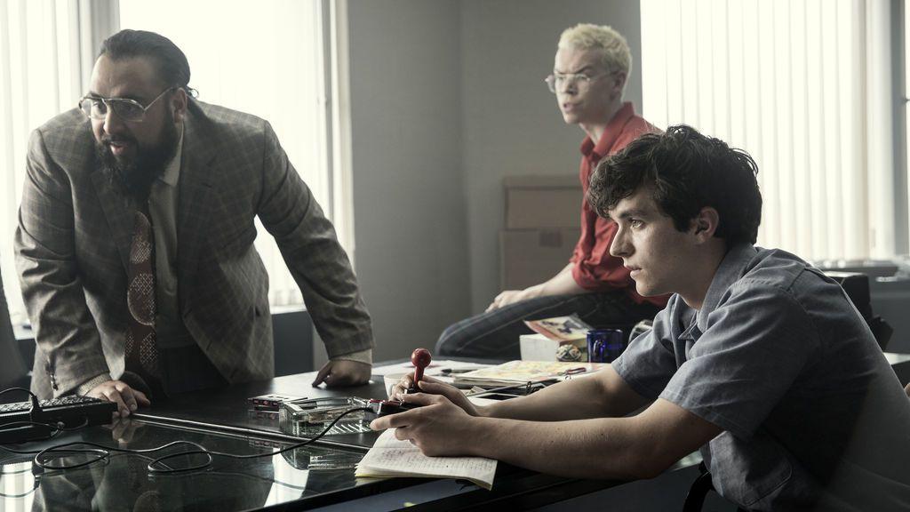 Mohan Takur (interpretado por Asim Chaudhry), Colin Ritman (WIll Poulter) y Stefan Butler (Fionn Whitehead), protagonistas de 'Black mirror: Bandersnatch'.