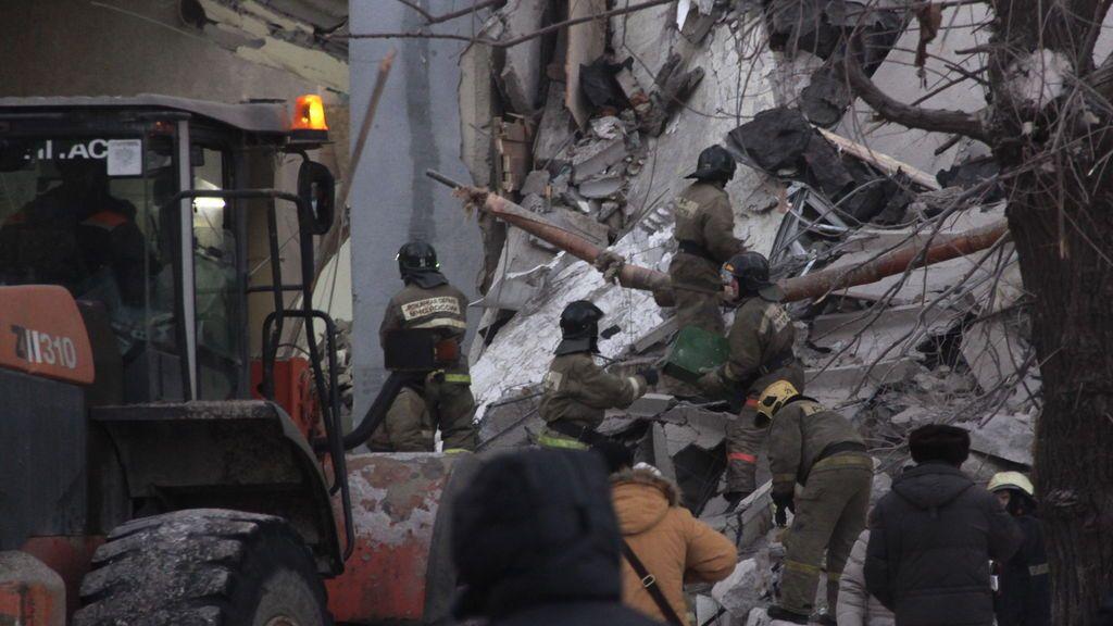 Tres muertos y decenas de desaparecidos en el derrumbe de un bloque de pisos en Rusia