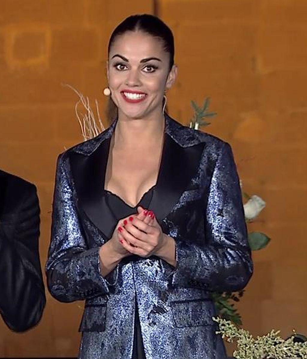 Lara Álvarez acierta con su sencillo pero elegante esmoquin metalizado: Su look al detalle
