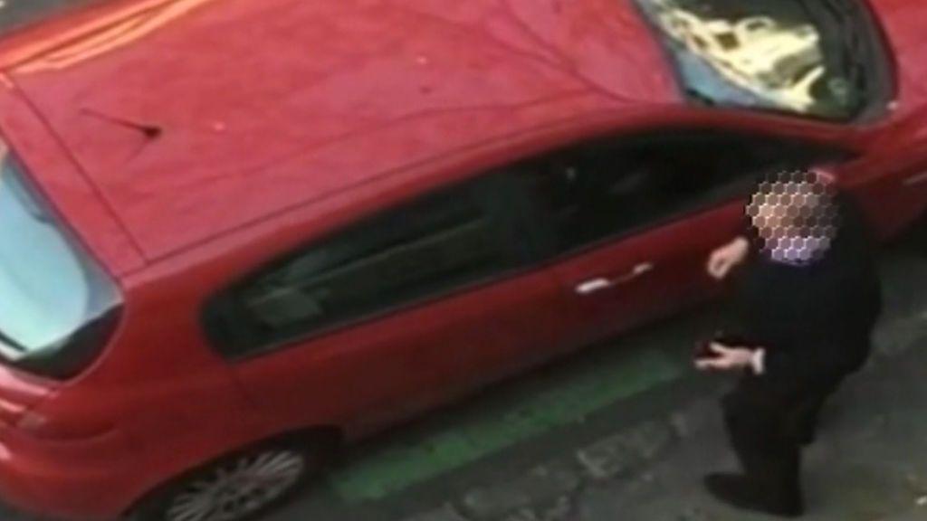 Un hombre raya un coche que obstaculizaba su salida del garaje en Sevilla