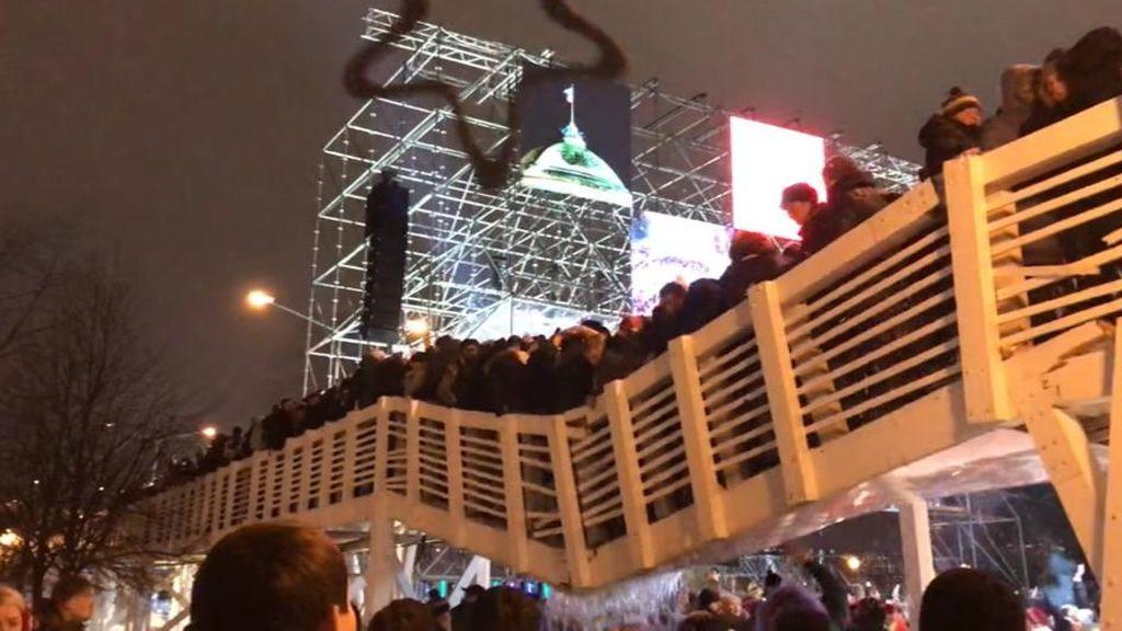 Se cae un puente en Rusia repleto de gente que celebraba la Nochevieja