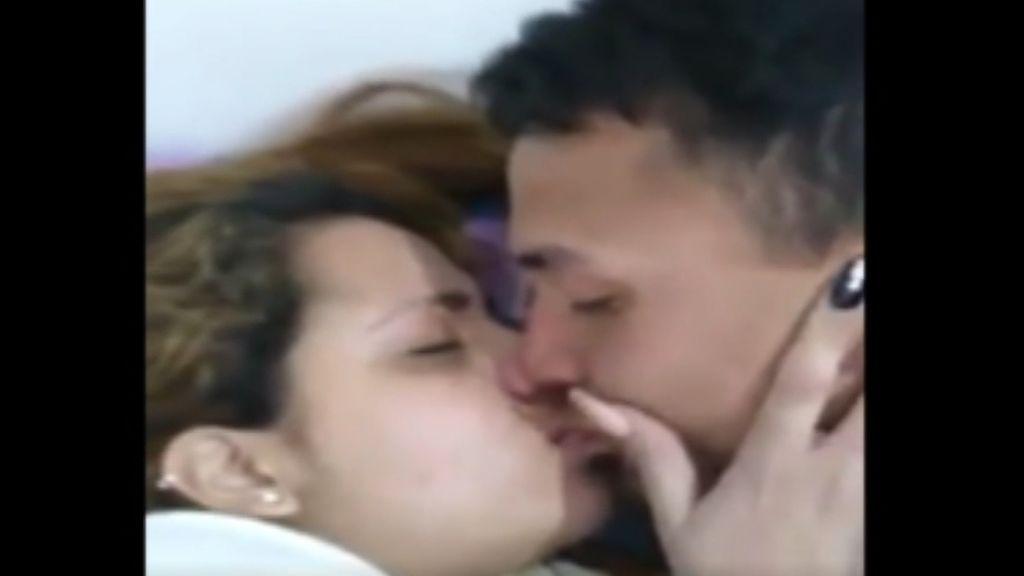 Un chico se pone pegamento en los labios para gastar una broma a su pareja