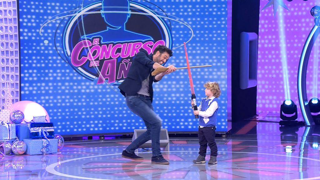 Dani protagoniza una espectacular lucha de espadas láser contra David