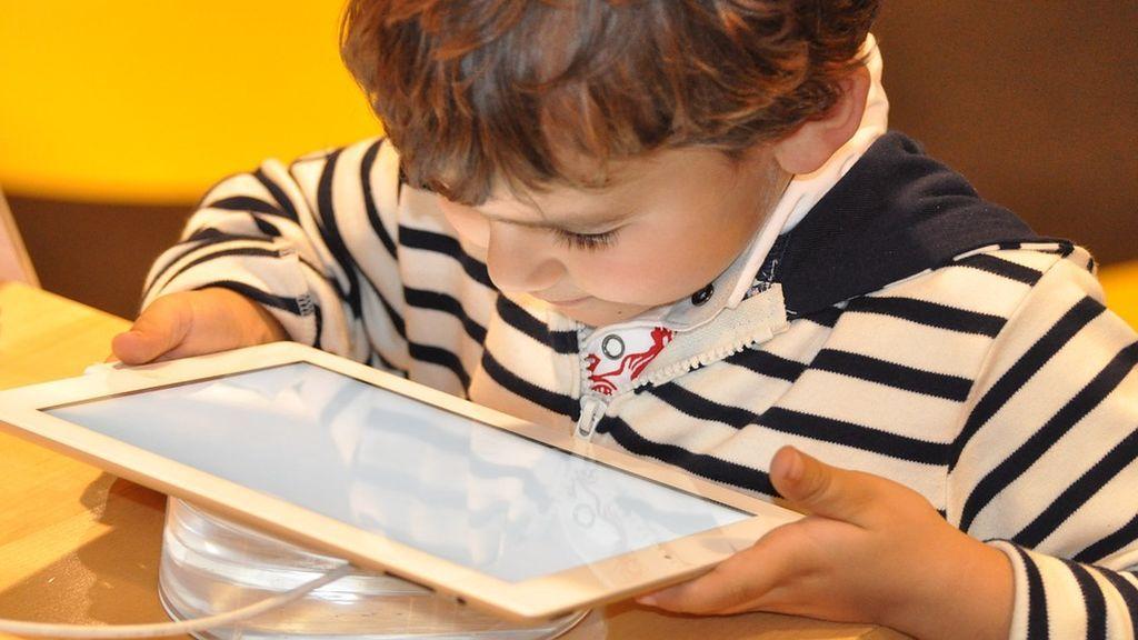 'Toque de queda' con los dispositivos electrónicos: expertos recomiendan apagar las pantallas a los niños una hora antes de ir a dormir