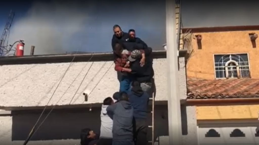 Rescatan in extremis a una anciana de las llamas de su vivienda en Ciudad Juárez