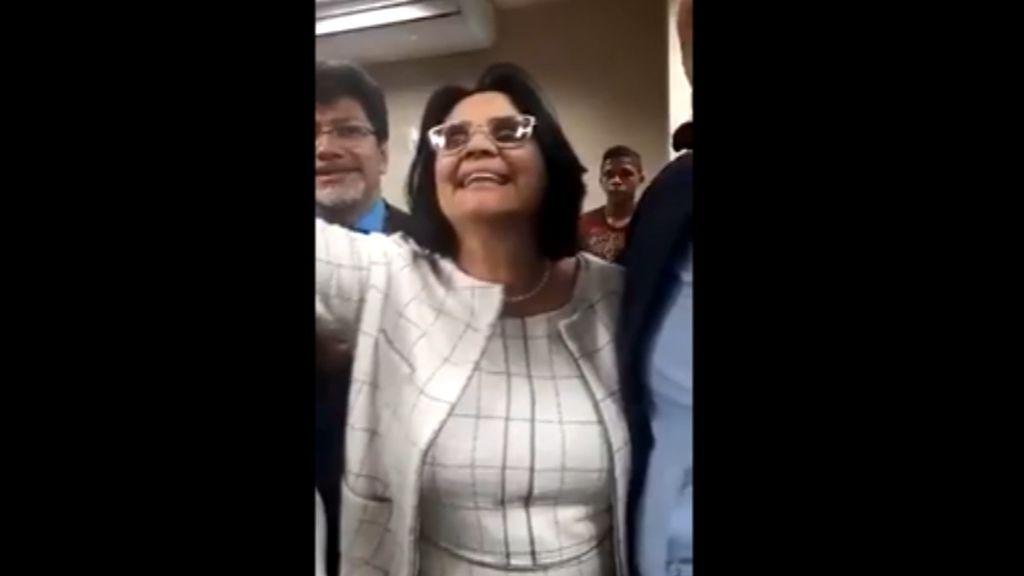 """La polémica declaración de la ministra de Familia de Brasil: """"Los niños visten de azul, las niñas de rosa"""""""