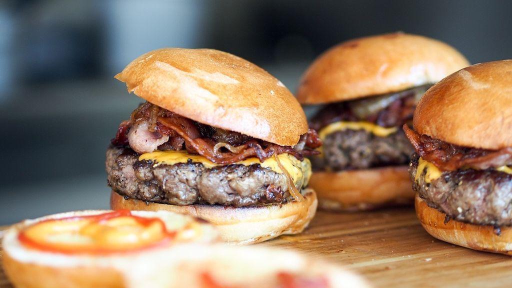 Demanda a un restaurante por no cumplir la promesa de proporcionarle hamburguesas gratis de por vida