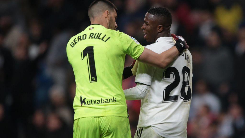 Vinicius y Rulli se enzarzan por el penalti: el brasileño demuestra que le derriba y el portero que toca balón