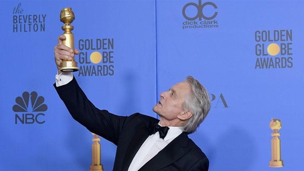 Michael Douglas, con su Globo de Oro al mejor actor de comedia por 'El método Kominsky'.