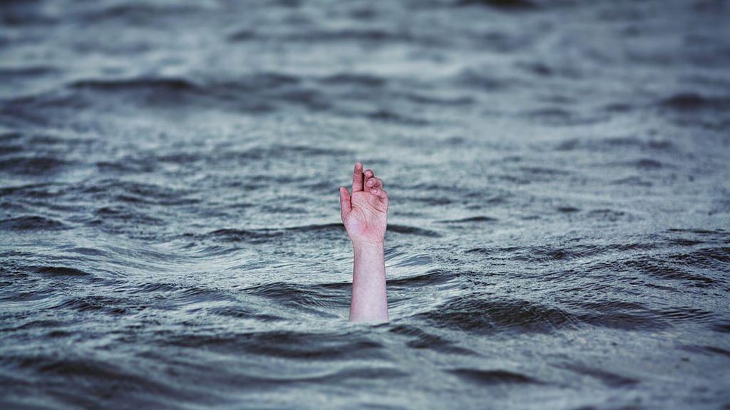 Empujan a un hombre al agua para que se ahogue mientras se ríen y le insultan