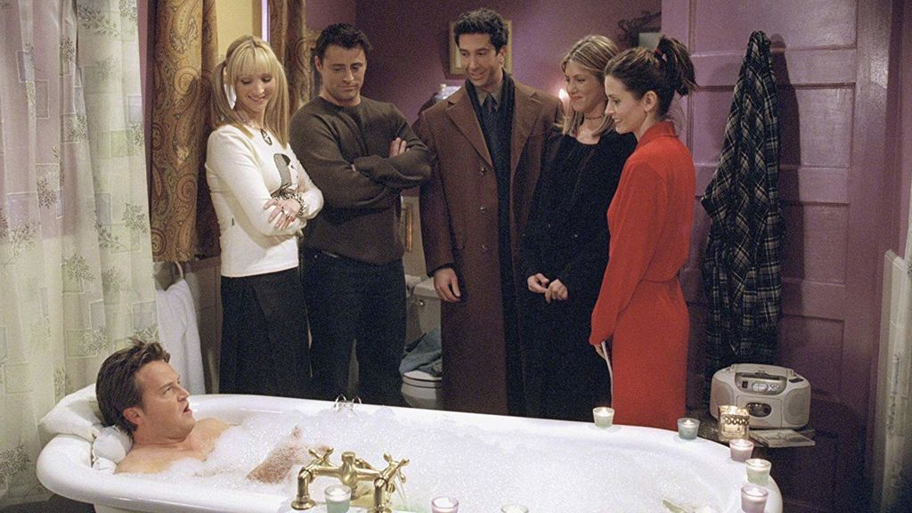 Chandler (interpretado por Matthew Perry, en la bañera), Phoebe (Lisa Kudrow), Joey (Matt LeBlanc), Ross (David Schwimmer), Rachel (Jennifer Aniston) y Monica (Courteney Cox), protagonistas de 'Friends'.
