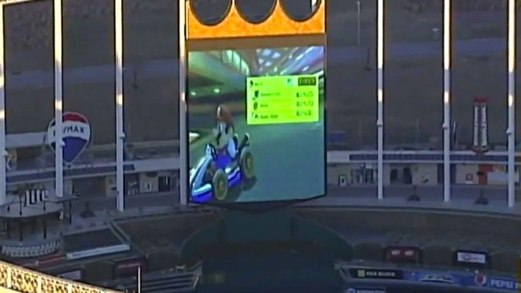 Cumplen el sueño de todo gamer: Dos operarios de un estadio se ponen a jugar al Mario Kart en el videomarcador