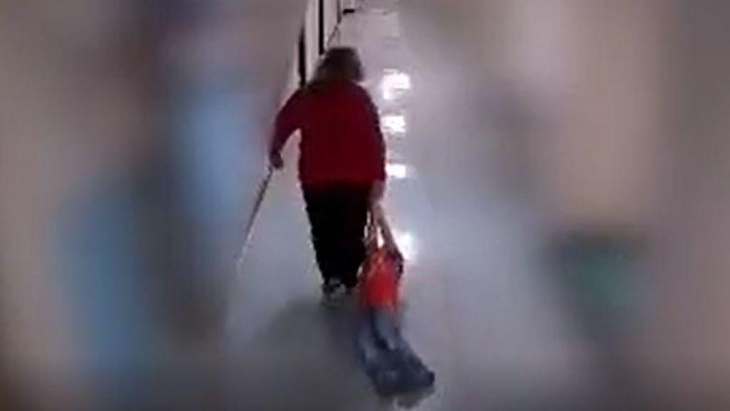 Despiden a una profesora por arrastrar por el suelo del colegio a un niño con autismo