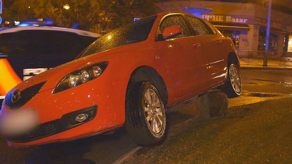 Lo más difícil es dejarlo así: Un coche aparece subido sobre una rotonda