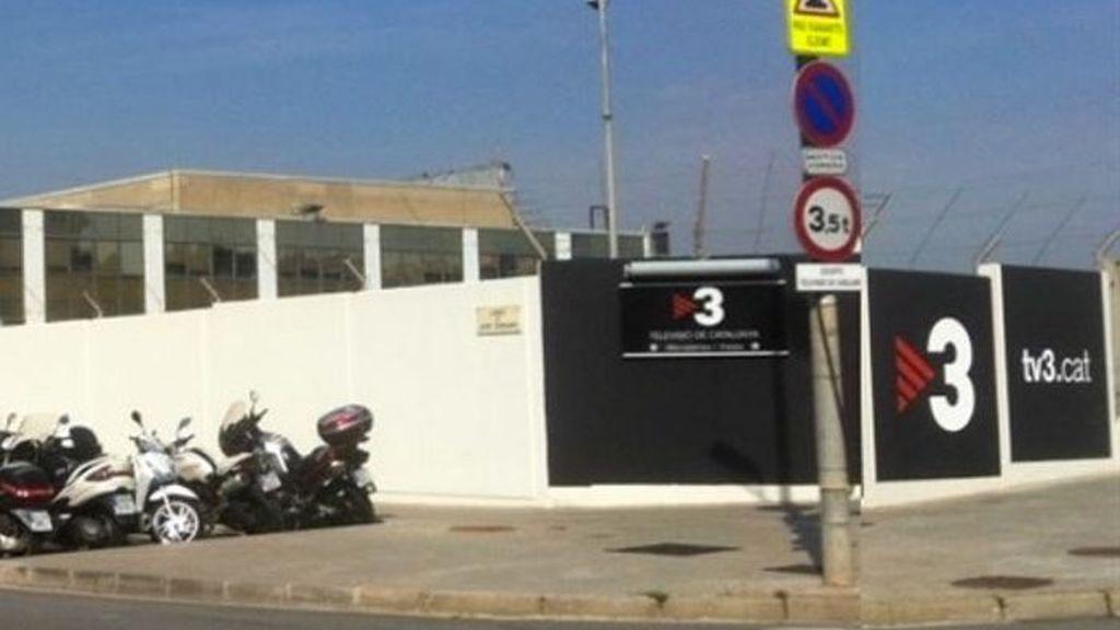 Un desequilibrado empotra su coche intencionadamente contra la puerta de los estudios de TV3