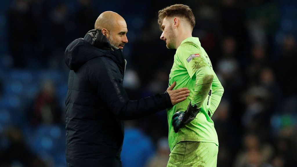 El gesto de Guardiola con el portero del Burton tras encajar nueve goles del City