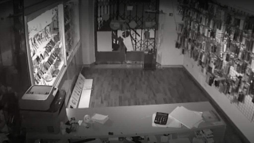 Vea el espectacular robo en una tienda de móviles de Vic, en Barcelona