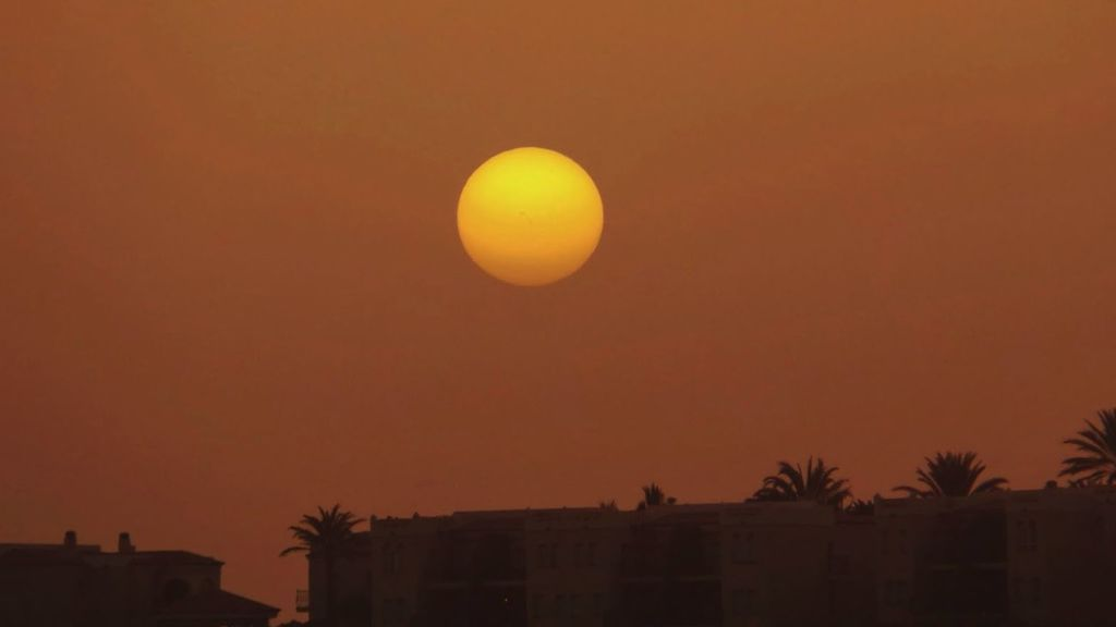 El cielo canario se tiñe de naranja: la calima en cinco imágenes