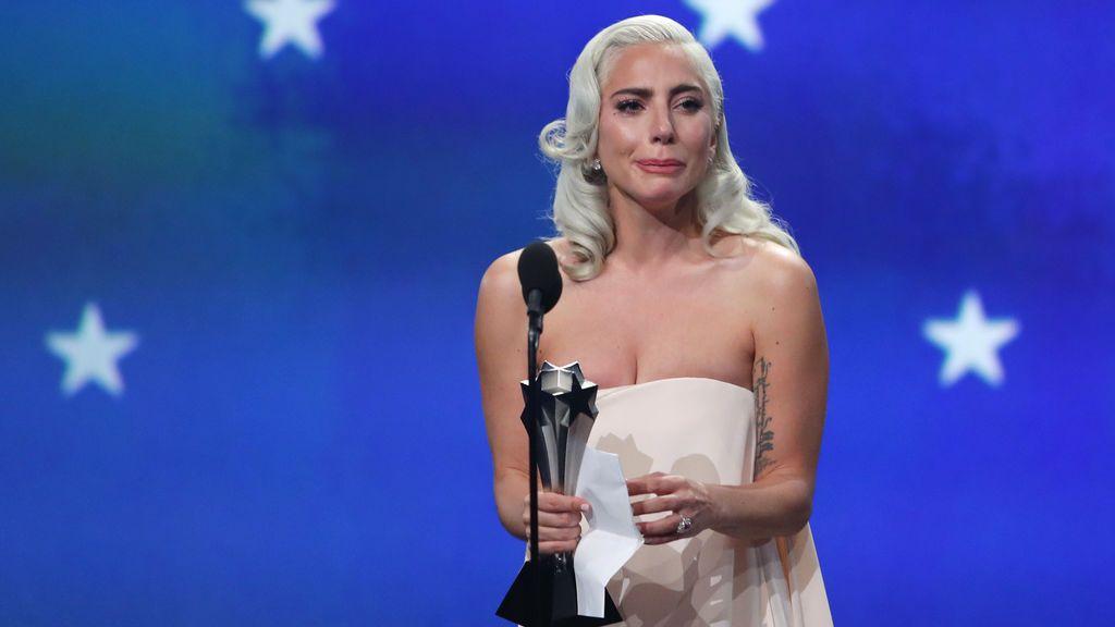 Lady Gaga ya no es la chica radical: rompe a llorar al triunfar en los Critics' Choice Awards