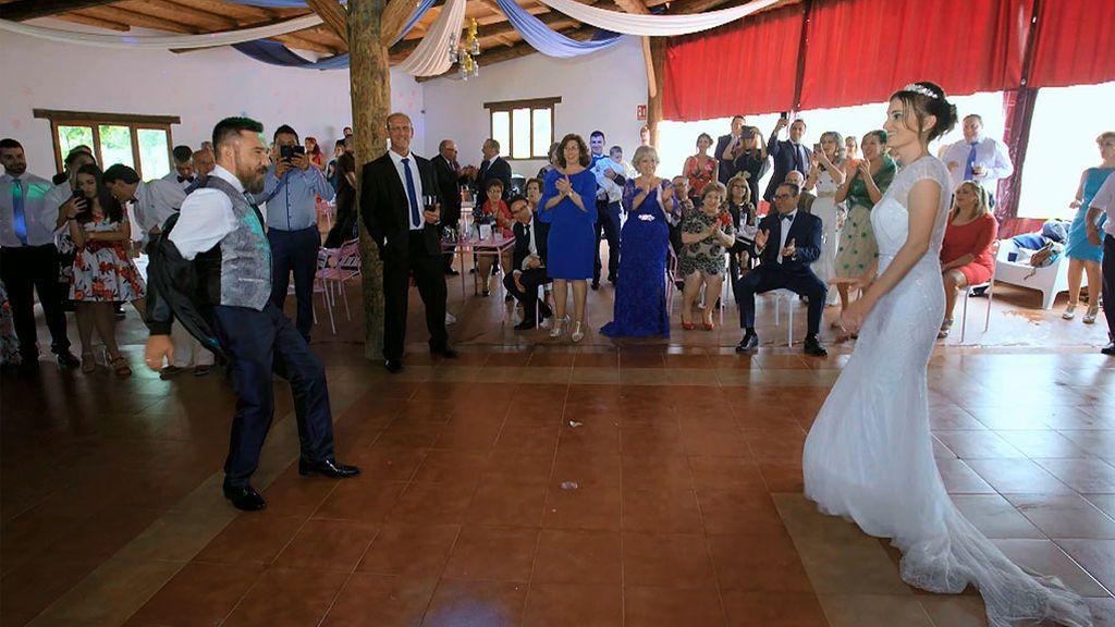 Esmeralda prometió a sus novias rivales que su boda con Javier iba a ser una  boda de cine y razón no le faltaba. Los novios han paseado por la alfombra  roja ... 6ee6418964ec