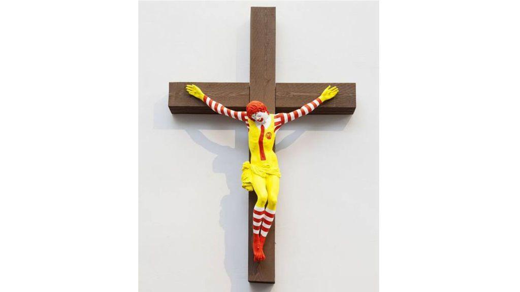 La crucifixión de Ronald McDonald causa polémica