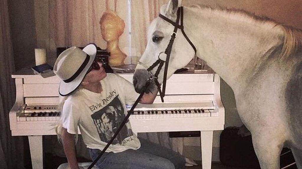 """Lady Gaga llora la muerte de su yegua Arabella: """"Cuando ella sufría, yo también lo hacía"""""""