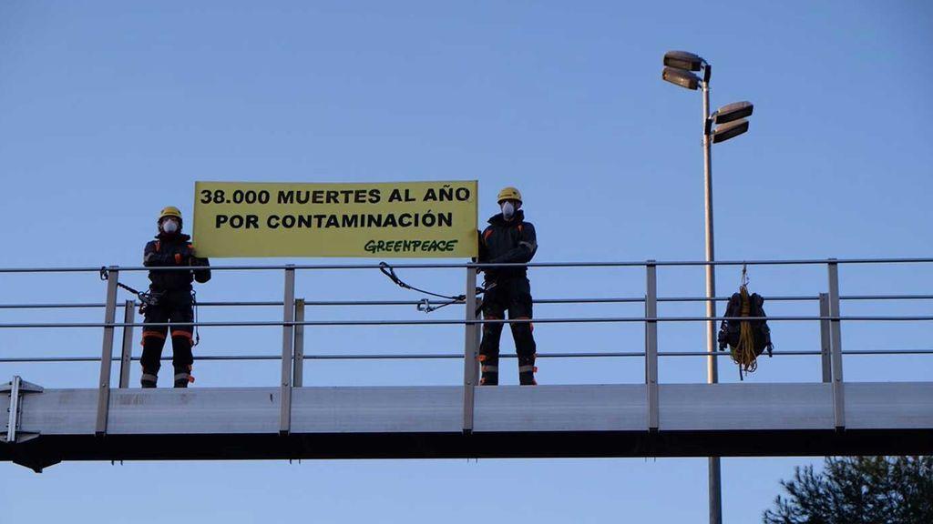 Greenpeace despliega pancartas en la A-1 para denunciar la contaminación en Madrid