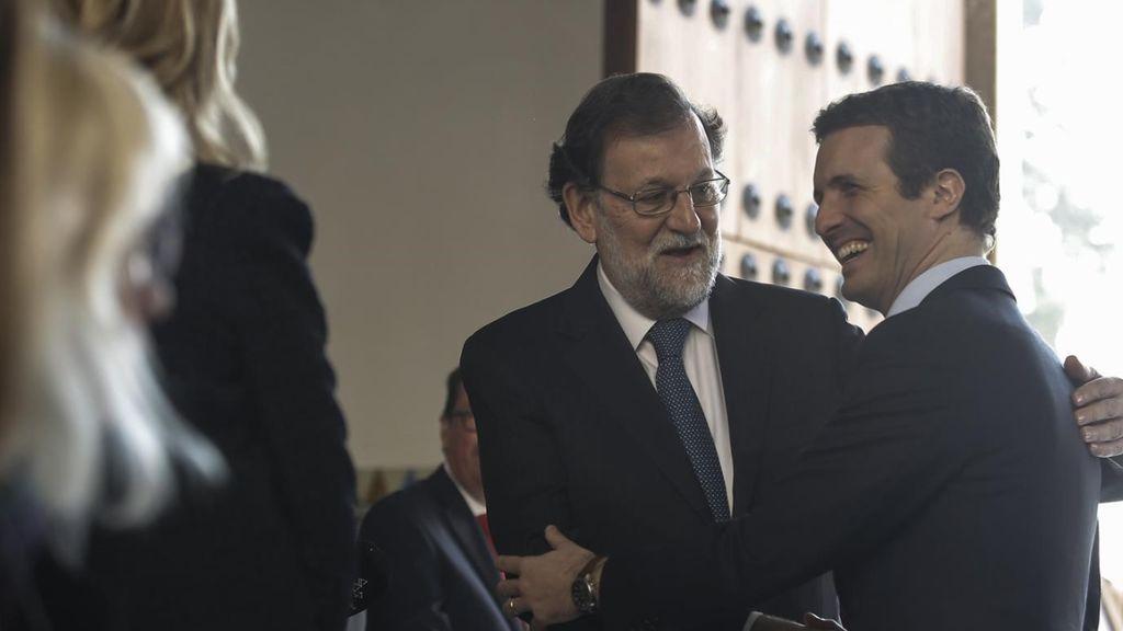 Casado, Rajoy y Soraya evitan posar juntos en la investidura de Moreno