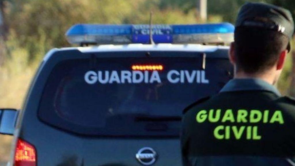 Vuelca un coche de la Guardia Civil en la entrada a Totalán