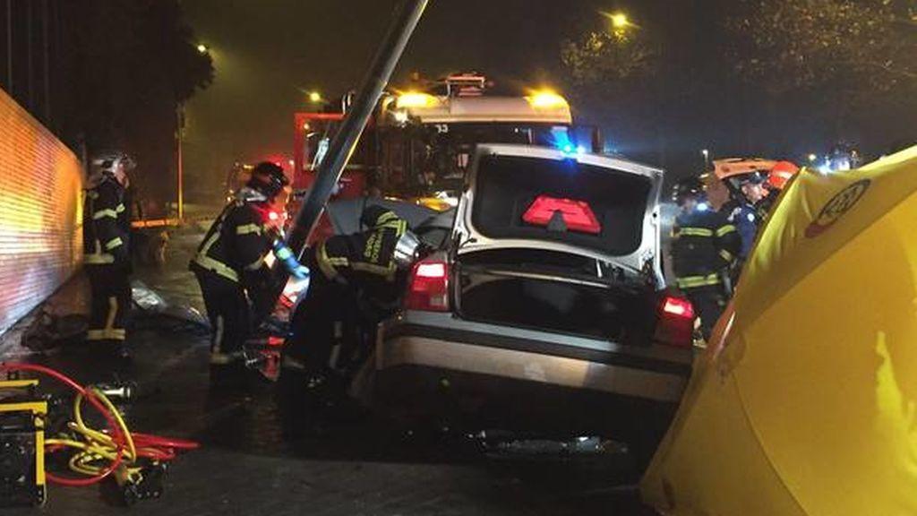 Muere un hombre de 28 años y otro de 21 se encuentra en estado grave debido a un accidente de coche en Madrid