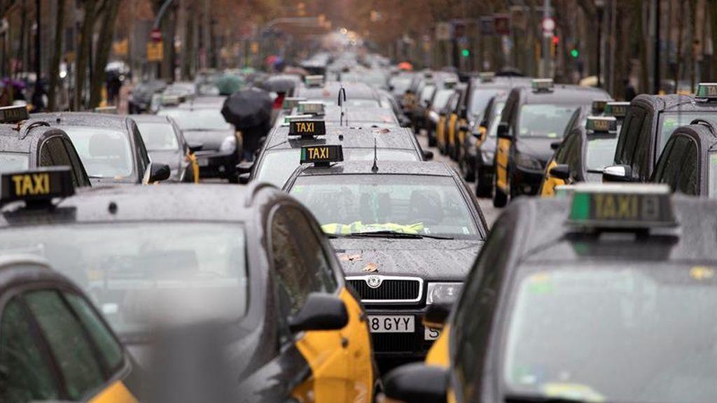 """Los taxistas de Barcelona conversan con los chalecos amarillos de Francia para """"internacionalizar el conflicto"""""""