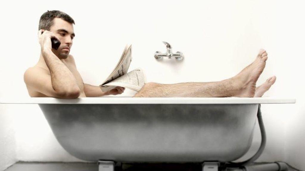 Duda máxima: un experto nos cuenta si puedes electrocutarte con el móvil en la bañera