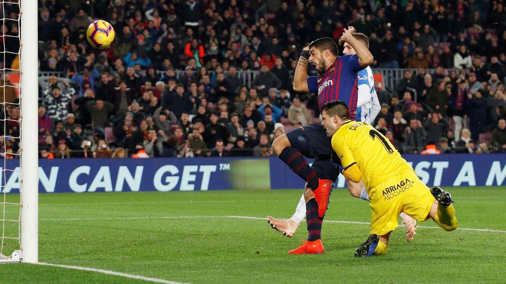Messi decide y Suárez protagoniza la polémica del VAR en la victoria del Barça