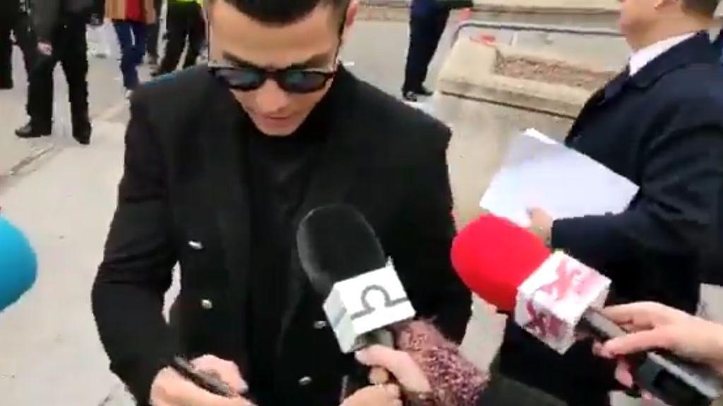 Indignación en las redes por la imagen de Cristiano firmando autógrafos tras ser condenado por fraude